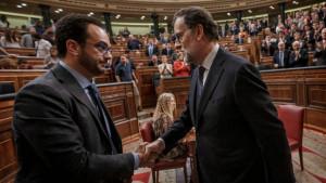 Antonio Hernando estrecha la mano de Mariano Rajoy tras su reelección como presidente gracias a la abstención de 68 diputados socialistas, este 29 de octubre. (Reuters)