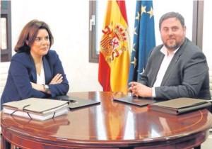 GARCÍASoraya Sáenz de Santamaría y Oriol Junqueras, en el despacho de la vicepresidenta en funciones.