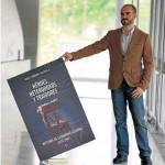 Fernández Soldevilla sostiene un cartel de su libro.