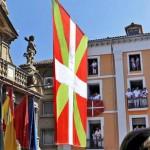 Gran 'ikurriña' delante del Ayuntamiento de Pamplona.