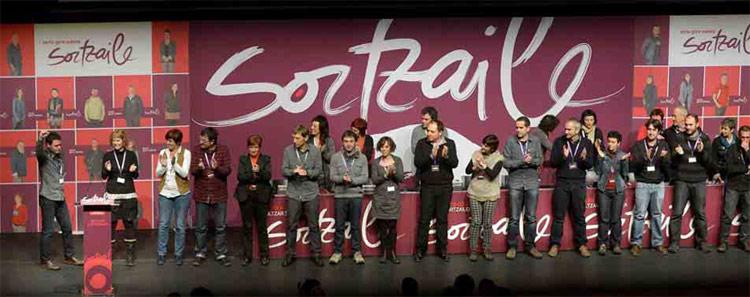 La nueva dirección de Sortu aplaude a Hasier Arraiz tras su elección como presidente en el congreso fundacional celebrado el pasado sábado en Pamplona