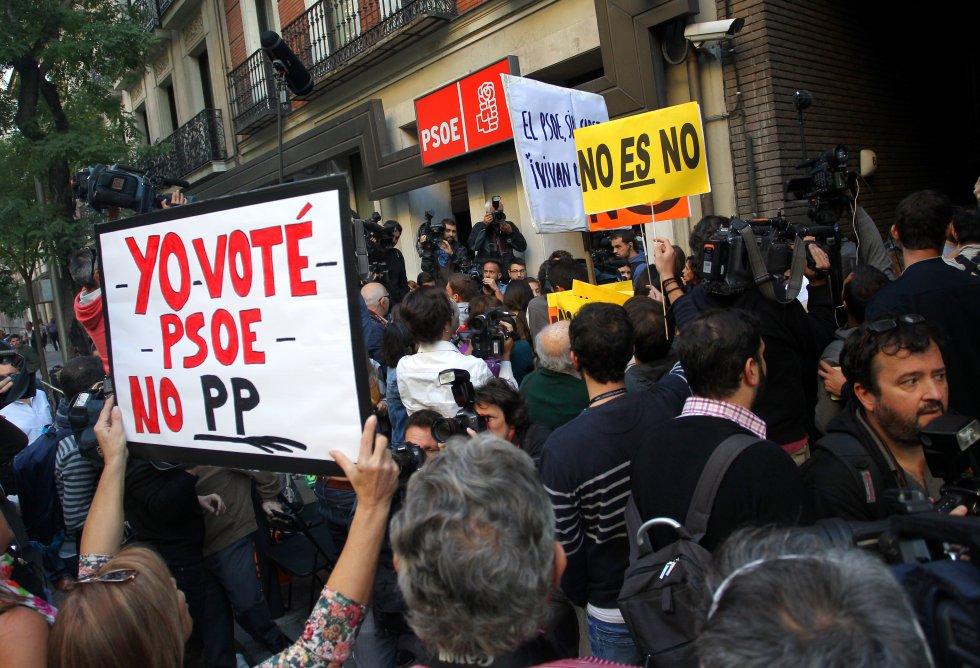 Militantes del PSOE apoyando a Pedro Sánchez en el exterior de la sede de Madrid