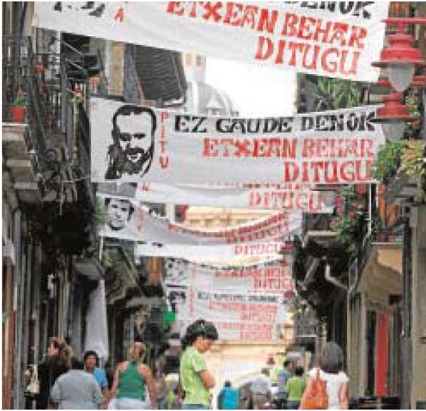 Calles de Hernani con pancartas de homenaje a etarras.