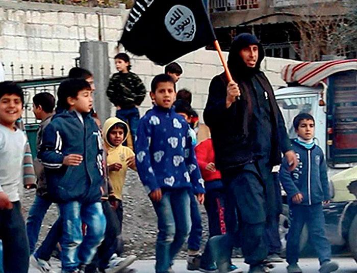 Niños siguiendo a un educador del Isis