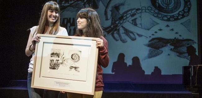 Las hijas de Arnaldo Otegi y de Jesús Eguiguren, recogieron el Premio Gernika