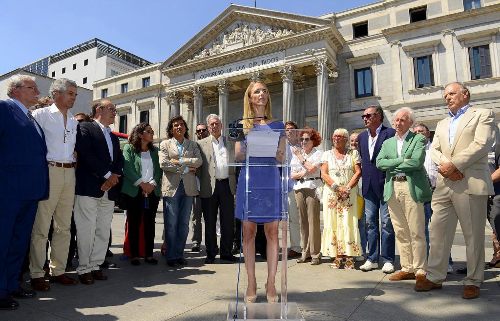 La lectura del texto corrió a cargo de Cayetana Álvarez de Toledo, rodeada de algunos de los firmantes.