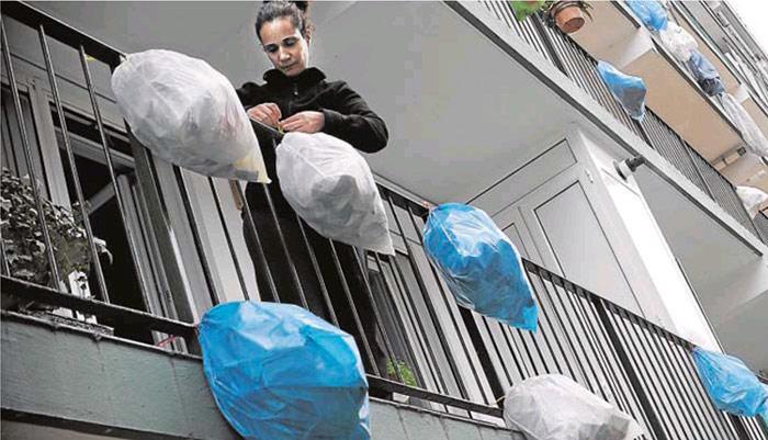 Los vecinos protestan con bolsas de basuras por la gestión de Bildu.